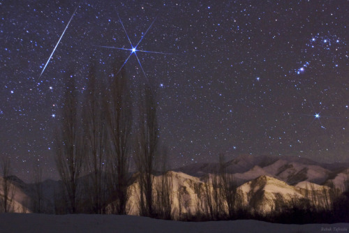 "amnhnyc:  Tonight, keep an eye out for a ""gem"" of a meteor shower! Many experienced skywatchers would say the best annual meteor display is the Geminids of December. With the Moon at a new phase, there will be no moonlight to interfere so observing conditions will be ideal. More details after the link: http://bit.ly/SUaWvb (via A ""GEM"" OF A METEOR SHOWER COMING ON THURSDAY NIGHT! 