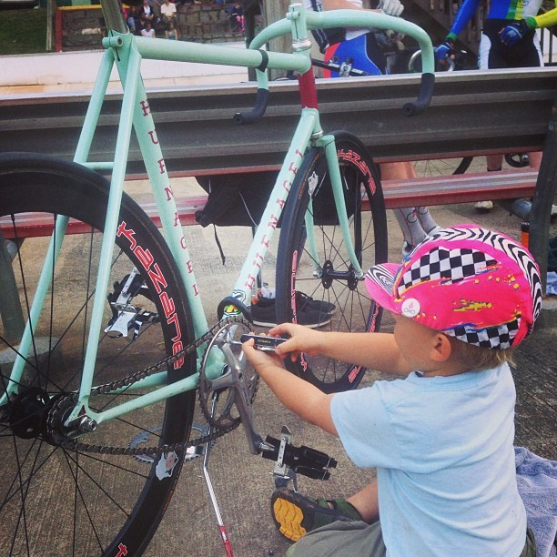 twotoneatl:  #tracktimeisfamilytime & having #ottogram change my chain rings between races is so awesome. Don't worry guys, he know to not spin the crank & risk a severed finger.  (hier: Dick Lane Velodrome)  This is the most precious thing.