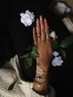 neonblondes:  I love this picture and this hand plus jewelry