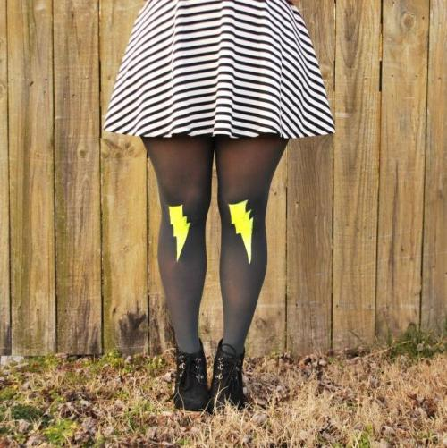 truebluemeandyou:  DIY Easy Lightening Bolt Tights Tutorial from Oh So Pretty here. For pages more of altered tights go here: ruebluemeandyou.tumblr.com/tagged/tights