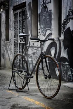 bikesandgirlsandmacsandstuff:  (via Lockedcog.com – Bikes on the Streets. » Blog Archive » Factory Five Pista.)