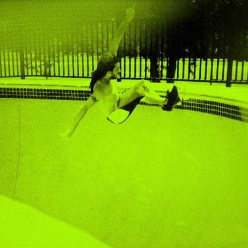 Smiles shreddin' the pool!! @jsmilesmovement #MVMTvibe #smileslove #skateboarding #flowlife