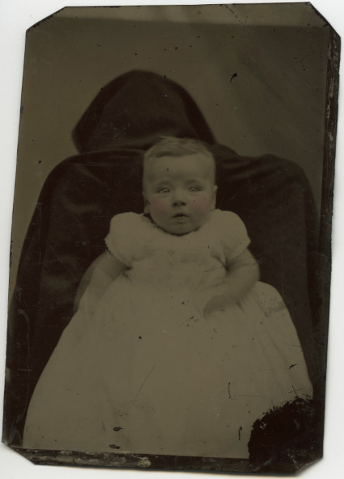 unexplained-events:  Victorian era pictures are already creepy, but parents hiding behind their kids to keep them still just adds to the creepiness.