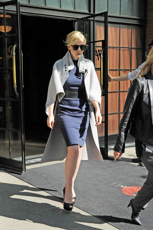 女優感ただよってる suicideblonde:  Carey Mulligan out in NYC, May 3rd