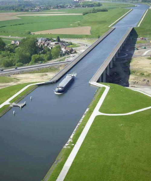 thekhooll:  Extreme Architecture The Pont du Sart is a navigable aqueduct in the West of Belgium