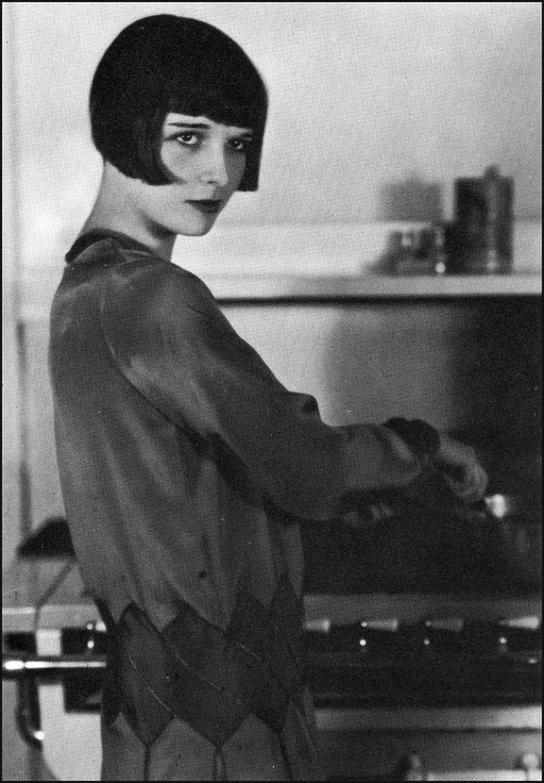 miss-flapper:  Louise Brooks showing her domestic side, 1927