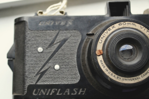 shehadflowersinherhair:  Univex uniflash camera, made of bakelite, produced in the early 1940s.