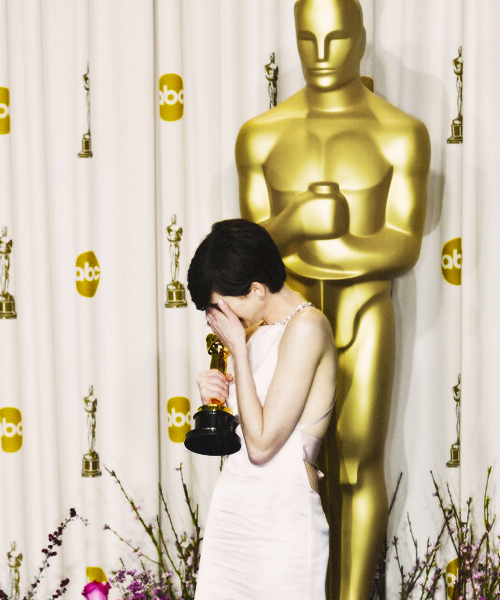 Anne Hathaway wins Oscar for Best Supporting Actress