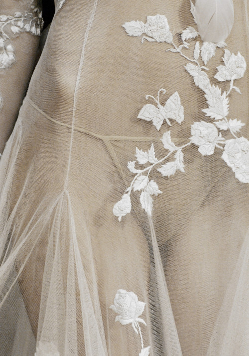 blissbyiman:  wink-smile-pout:  Alexander McQueen Spring 2007 Details  Honey moon nights???