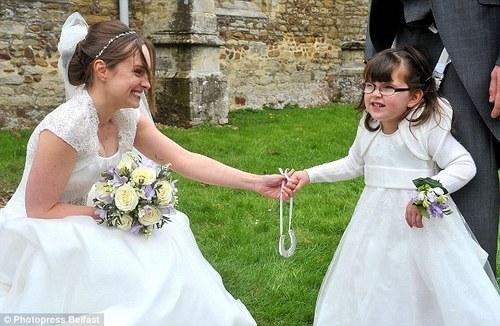 Menina de 4 anos com paralisia cerebral é dama de honra em casamento