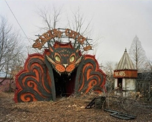 waffleguppies:  this-disgusting-ribbon:   Abandoned Amusement Park in New Orleans  holy shit that second photo tho  VERY relevant