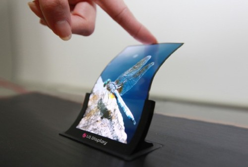 8bitfuture:  LG showing off 5 inch flexible screen for smartphones. LG will be showing off their latest flexible and unbreakable 5 inch OLED display at this weeks SID display week in Vancouver. The plastic display will be shown off alongside other 5 inch and 7 inch HD Oxide TFT panels which have a bezel that's only 1mm wide, allowing for smartphones and small tablets with virtually no frame or border.  >D♡D> gimme gimme
