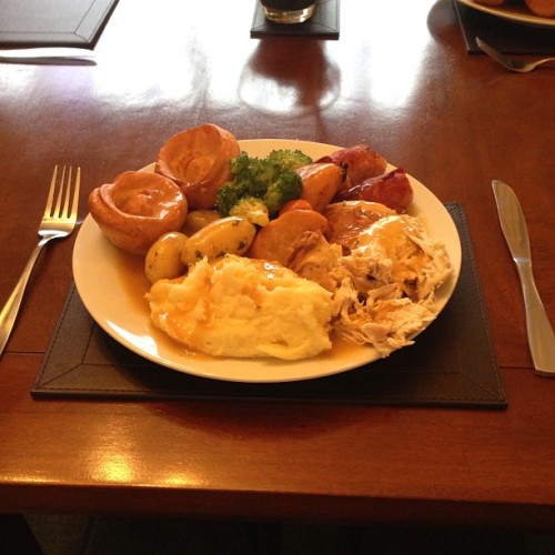 shoutout to rich's mum for the amazing roast dinner on sunday #roastdinner #sundayroast #roast #dinner #chicken #mash #gravy #delish 😍😍😍