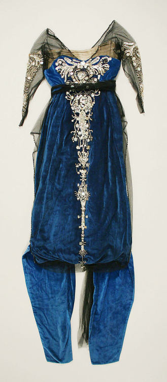 omgthatdress:  Evening Dress 1914 The Metropolitan Museum of Art  This reminds me of one of my own gowns…
