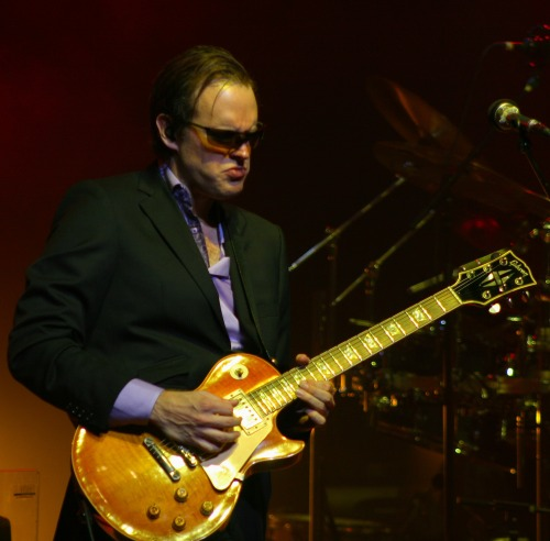 Joe Bonamassa Diggin in live !!!!! More of this at Loudguitars.com