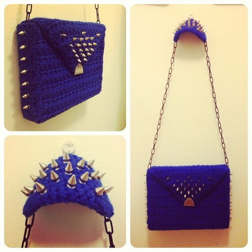 "Newest purse design! Finished at 3am. ""Royal Threat"" #crochet #purse #yarn #handmade #spikes #royalthreat #fashion #hustleandsew  (at Crochet Castle Dos)"