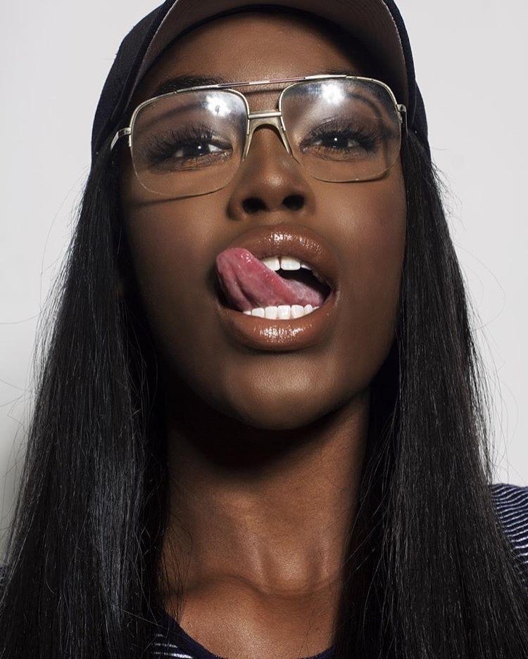 Самая губастая негритянка в мире, порно фото парашютисток онлайн