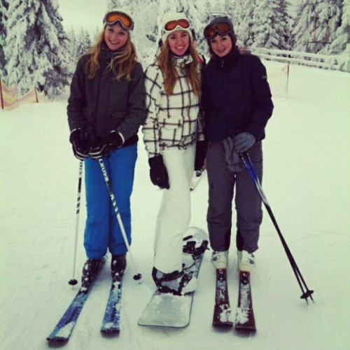 Snowboarding with girls @cmarloesc @nienkekers #winter #snow #tree #friends #ski #snowboard