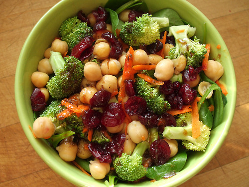 garden-of-vegan:  spinach salad with carrot, broccoli, chickpeas, dried cranberries, and balsamic vinaigrette
