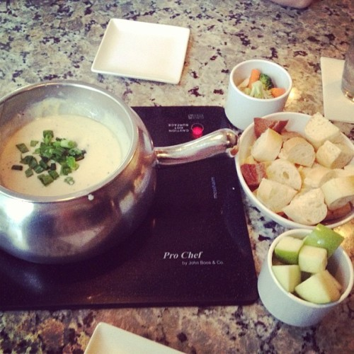 ohheyhottstuff:  #TheMeltingPot #boston #fondue #delicious #food #yum 🍞🍏🍴 (at The Melting Pot)