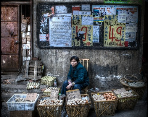 China Photo of the Day: The Egg Lady Matt Schiavenza, theatlantic.com Mod­ern super­mar­kets dot the land­scape through­out China, but peo­ple can still buy their food the old-fashioned way: on the street. The pho­tog­ra­ph­er Michael Stev­er­son has spent years pho­tograph­ing rural China, where hun­dreds of mil­li…