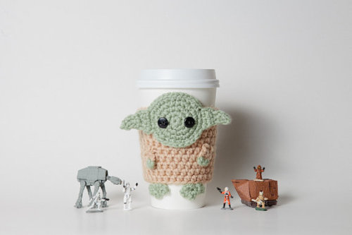 podkins:  Star Wars Inspired Yoda Coffee Cup Cozy by CuddlefishCrafts Very cute and creative!  :)