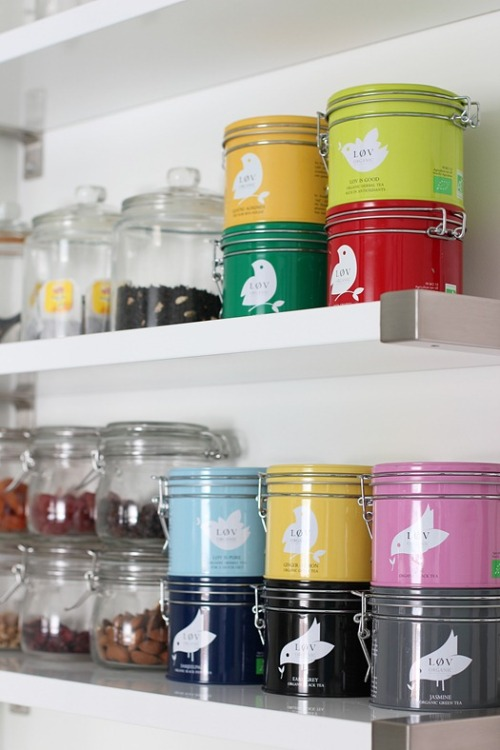 myidealhome:  shelves and jars (via Nordic leaves)
