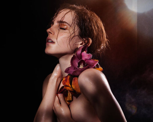 Emma Watson Gets Naked for James Houston's Natural Beauty 2013 Book Emma Watson fica nua para o mais recente projeto do fotógrafo James Houston, o Natural Beauty Book.