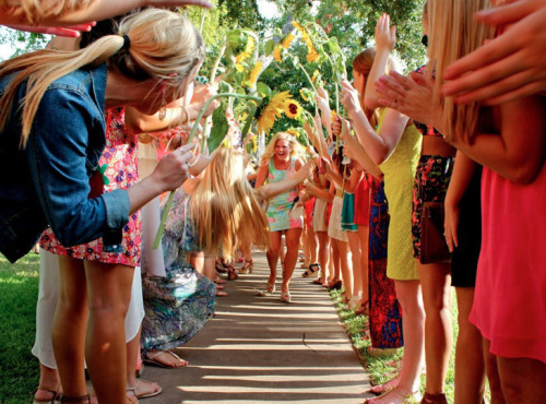 ill-be-your-sweet-iced-tea:  bid day tunnel <3