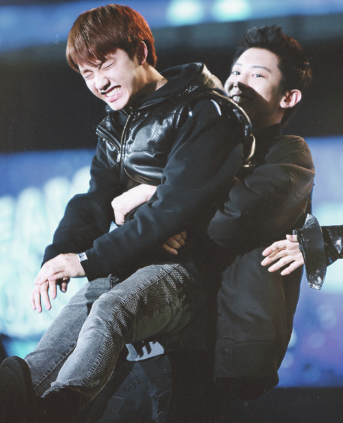 chanyeol lifting kyungsoo up
