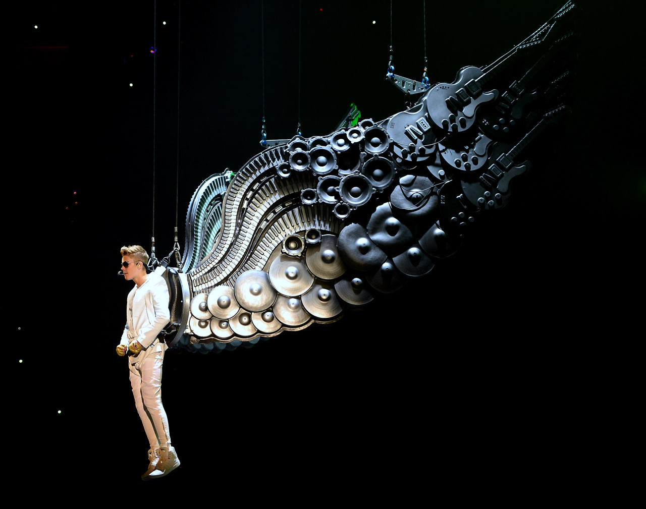 Justin Biebird. Justin Bieber performs on stage during a repetition on Tuesday in Charlotte. Justin Biebird. Le chanteur star Justin Bieber en plein show aérien durant une répetition dans la ville de Charlotte. PHOTOGRAPHER : AP PHOTO/THE CHARLOTTE OBSERVER, JEFF SINER
