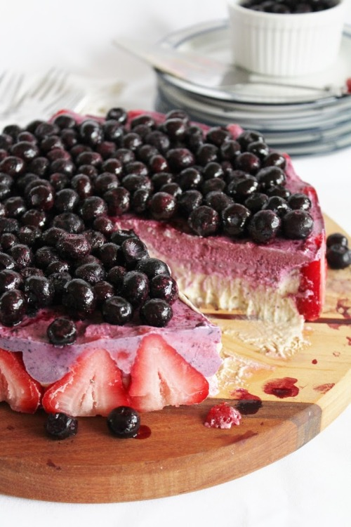 jessotericque:  blueberry strawberry banana ice cream cake