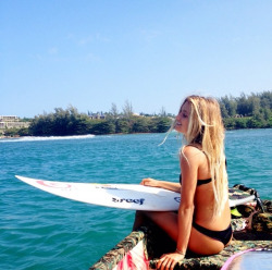 hanglooseandsurfon:  sun-kissed-surfers:  alana  ugh can I be you?