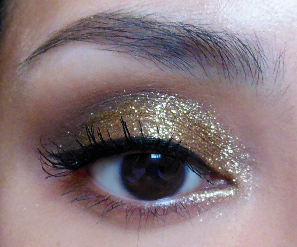"makeupbox:   [Requested] Reinterpretation of a Sparkly Gold Smoky Lid — This is not an exact recreation because my eyes are shaped a little differently and I wanted to blend the edges out more, but I'll run through the type of products you need tocreate this look.  I can't be 100% sure with the yellow lighting and difference in skintones, but the item I find can create this type of sparkly effect is a loose golden-brown sparkle like MAC's Reflects pigment in Antique Gold, used wet.   Reflects pigments are not glitter, and not regular shadows either. They are shiny mica particles larger than regular loose shadows so they sort of combine pigmentation with sparkle. Like glitters, they don't ""stick"" to the skin well and will fall out all over your cheeks, so you might want to do your eye makeup first, then clean up and do your foundation and concealer after. To get them to go on like dramatic foiled metal, you want to use either a good creamy base or apply them wet (do use eye drops or a liquid sealant instead of pure water as they will rub off easily once dry if there is no ingredient that provides some tackiness). Read More"