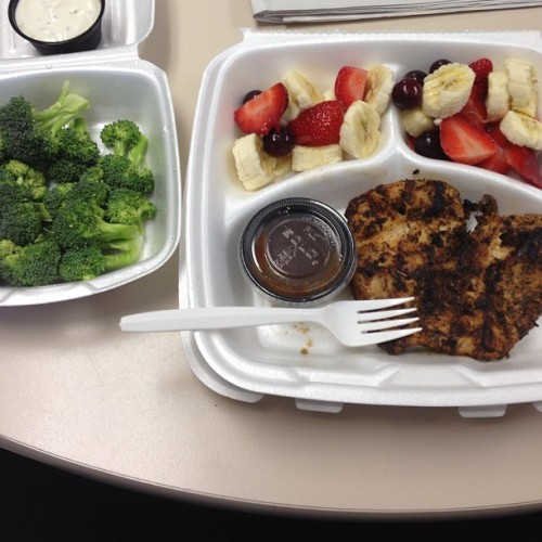 Healthy eating thanks to @aaliciamarie #grilledchicken #bananas #strawberries #grapes  #broccoli