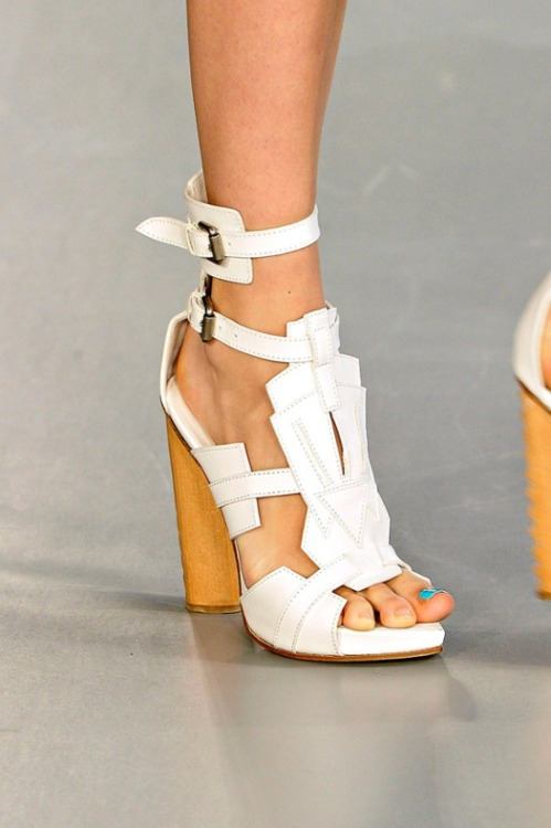 (via Shoes / A seriously geometric shoe from David Koma)