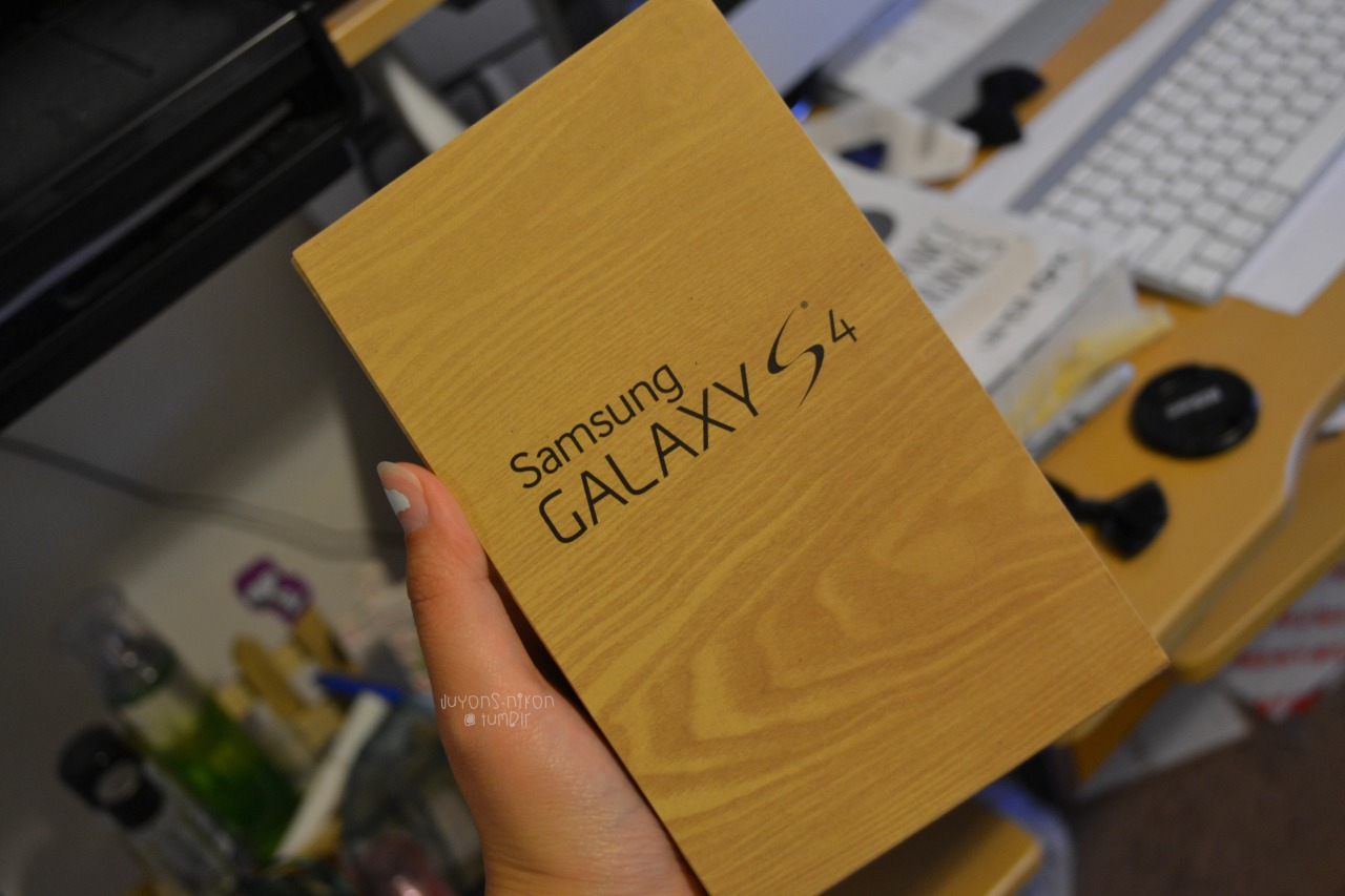 aka-canon:  juyons-nikon:  guess who got the s4 (;   im so jelly i have the s3 :c
