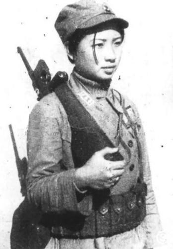 djphatrick:  Guerilla soldier with mauser pistol, China, 1939