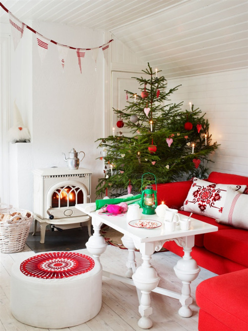 Christmas Ideas in White, Red and Green  (via 79 Ideas)