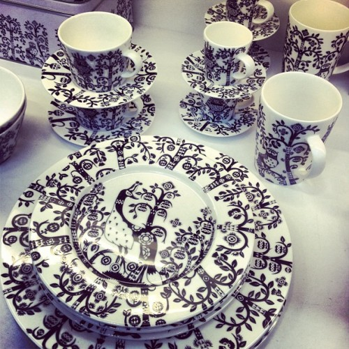 I #WANT THESE SO BAD!!! #iittala #finnishdesign #skadium #dinnerware #interiordesign #blackandwhite #randomtypography #illustration  (at Skandium)