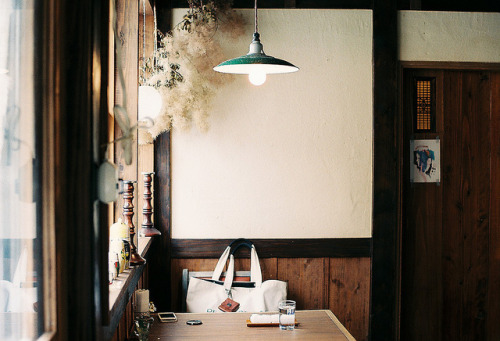 maako:  while waiting for lunch by **mog** on Flickr.
