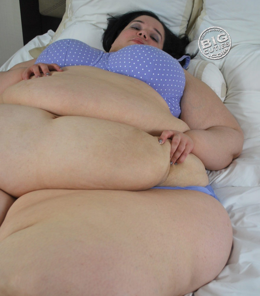 mssmurder:  Even I cannot my hands off my soft belly..  Echo.bigcutie.com