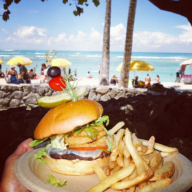 rogotiz3:  Kapahulu #Burger by the beach here at #Honolulu #Hawaii! Thank you all for the birthday greetings, have a great day & God Bless!  #food #lunch  #delicious #burger #onionrings #rx100 #sony #beach (at Waikiki Beachside Bistro)