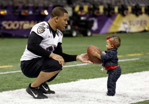 rocmicsandkicks:  Ray Rice and his daughter Rayven