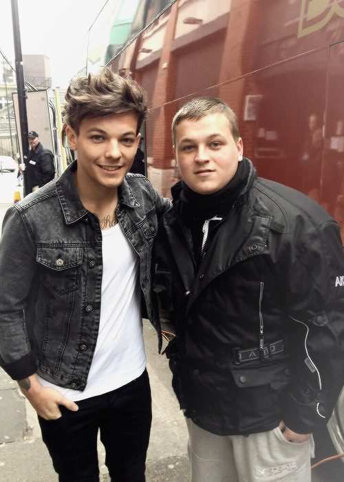 1dupdatescanada:  Louis with a fan today