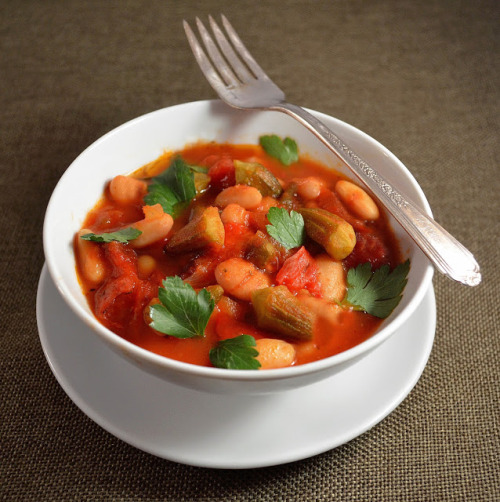 notanotherhealthyfoodblog:  Mediterranean White Bean Stew with Roasted Peppers and Tomatoes  click here for recipe