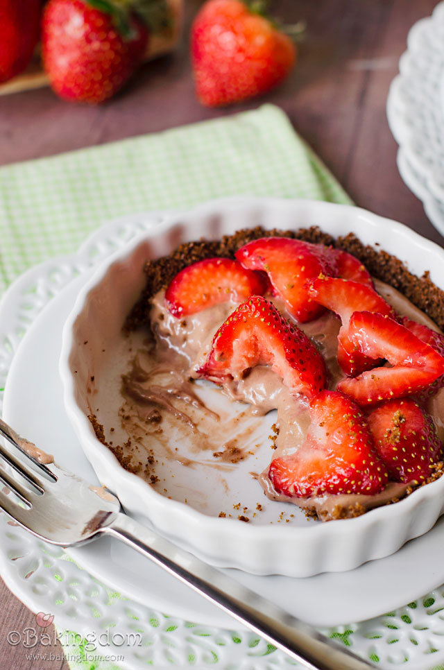 easy no-bake strawberry nutella mousse pie.