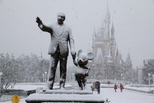princessandtheblog:  a rare look at the castle and partners statue.