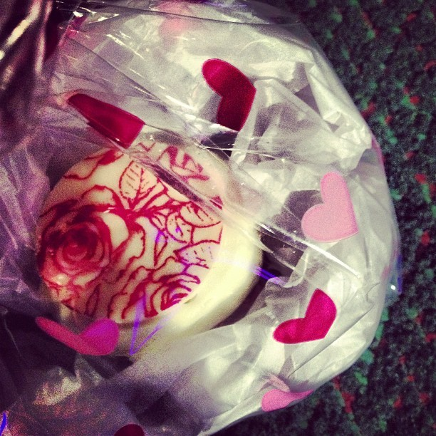 I wanna thank the gorgeous @annahues for this valentines cupcake, meant the world to me, luv yas!💜💜💜