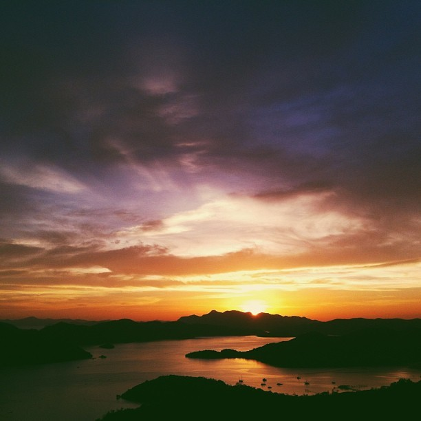 cheersyo:  The first thing we saw in #Coron was watch the Sun bless the land of its last set of light http://instagr.am/p/WBSQ78NJob/  Miss this place. I'll do more due diligence in posting pieces from my photoblog.